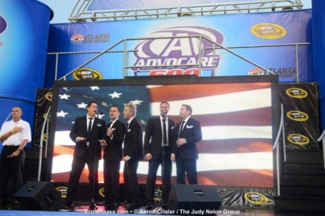 Ernie Haase & Signature Sound au cântat imnul naţional al Americii la cursa Nascar AdvoCare 500