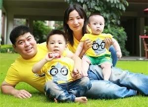 Cheng Jie și soțul ei, Du Hongbo, împreună cu copiii lor