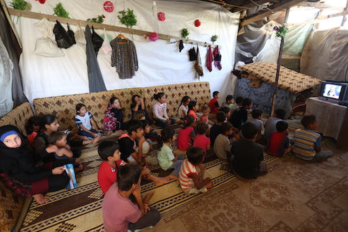 Copii refugiaţilor din Siria şi Irak au şcoala televizată şi dau teste online (VIDEO)
