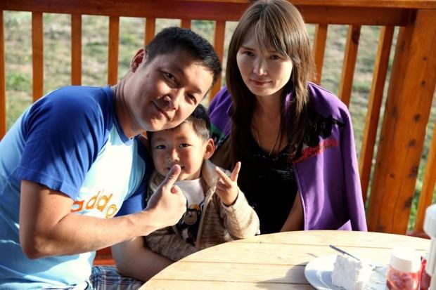 21. Joe Koo, soția și băiatul