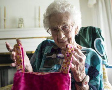 O croitoreasă în vârstă de 100 de ani coase rochițe pentru fetițe din întreaga lume