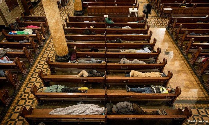Persoanele fără adăpost pot dormi pe băncile unei biserici din San Francisco