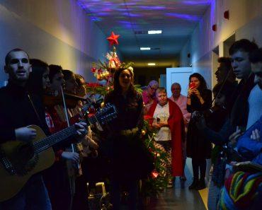 Studenții la medicină au colindat pacienții în patru spitale din București