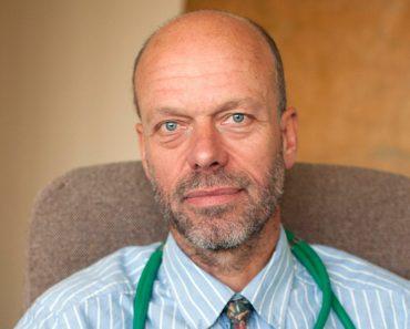 Un doctor creștin  în pericol să-și piardă slujba pentru că se roagă cu pacienții